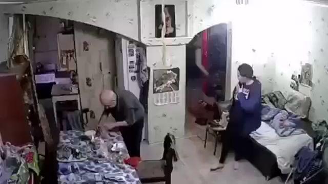 В Менделеевске две женщины обманули и обокрали наивного пенсионера