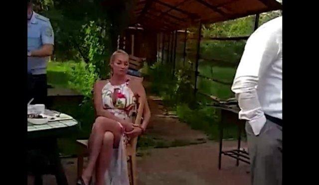 Анастасия Волочкова через лес пыталась пройти к храму в закрытом селе и устроила скандал с полицией