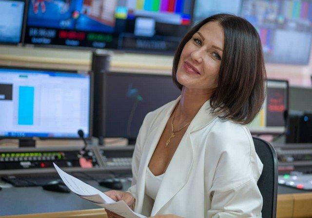 Александра Новикова - диктор, которая не смогла сдержать смех, рассказывая о выплатах федеральным ль