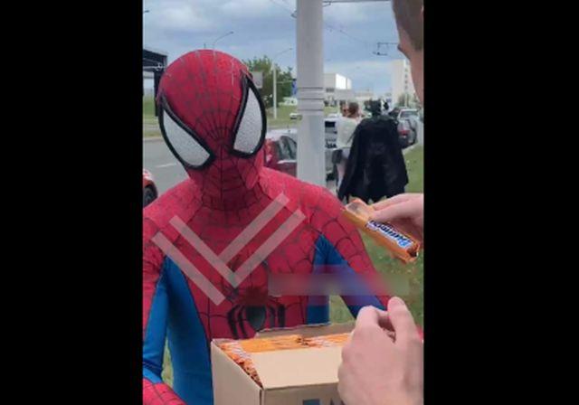 Человек-паук и Бэтмен пришли на помощь белорусским протестующим