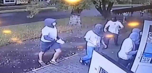 Драка футбольных фанатов «Локомотива» и «Зенита», которые разгромили кафе в Москве