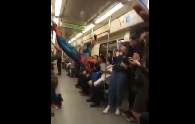 Очередной человек-паук в метро...