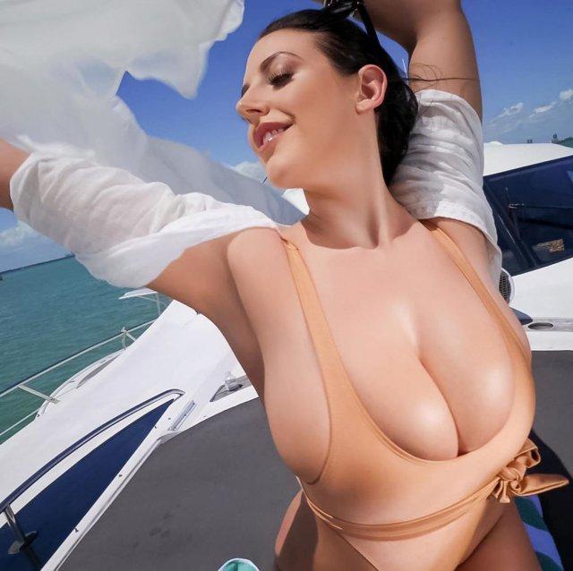 Порноактриса Анджела Уайт (Angela White) в купальнике телесного цвета на яхте