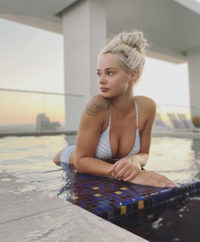 Эльза Джин (Elsa Jean) в купальнике в бассейне