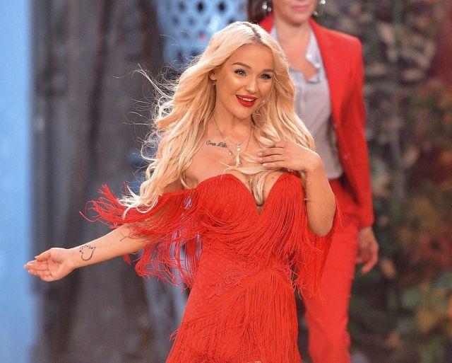 Эмми Расс в красном платье