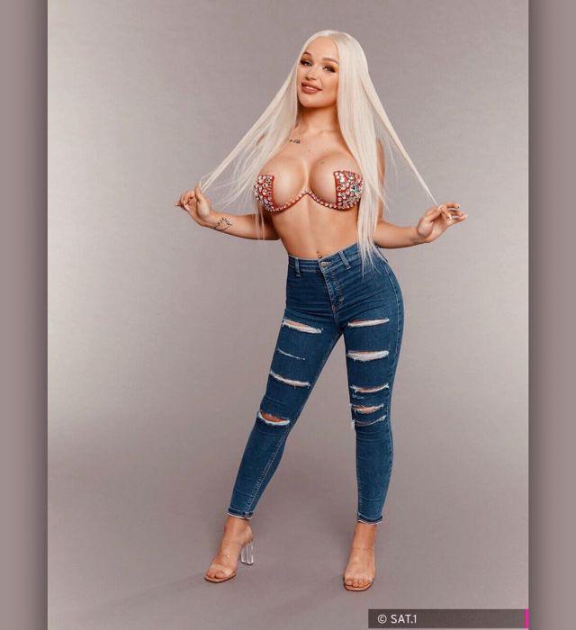 Эмми Расс в порванных джинсах