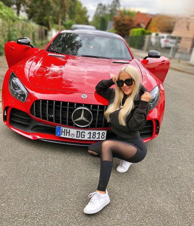 Эмми Расс у красной машины
