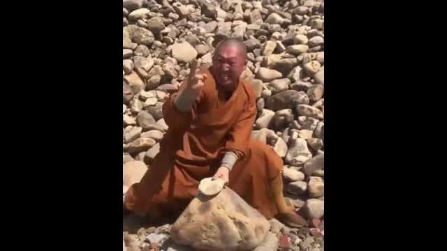 Монах Шаолиня ломает камни пальцами