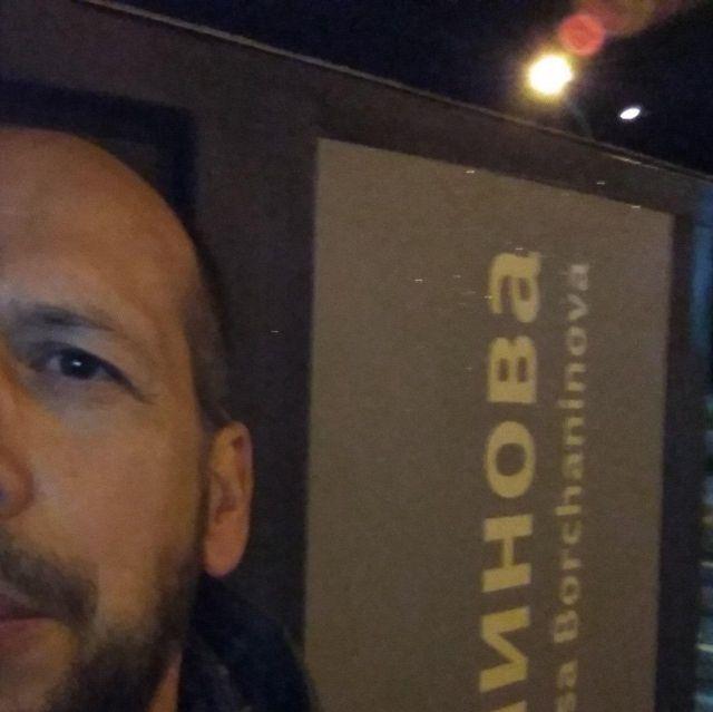 Мужчина возле остановки в Перми