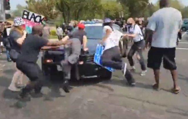 В США полицейские таранят активистов BLM патрульной машиной