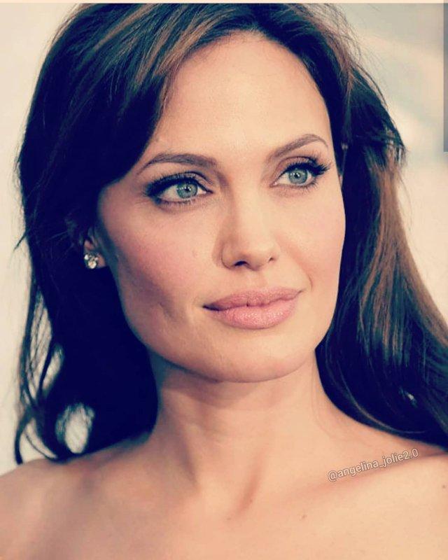 Анджелина Джоли - лицо крупно