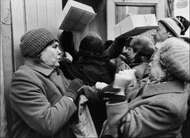 """Желающие приобрести редкие торты """"Птичье молоко"""", 1989 год."""