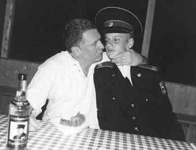 Владимир Жириновский прижимает к себе суворовца