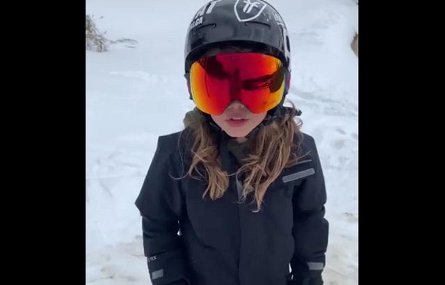 """Девочке всего 10 лет, но она уже исполняет """"взрослые"""" трюки на лыжах"""