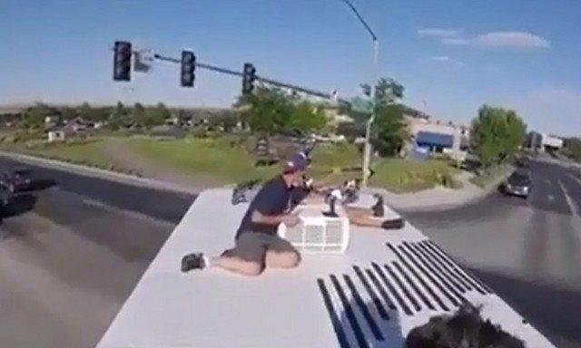 Эффектный прыжок с движущегося грузовика