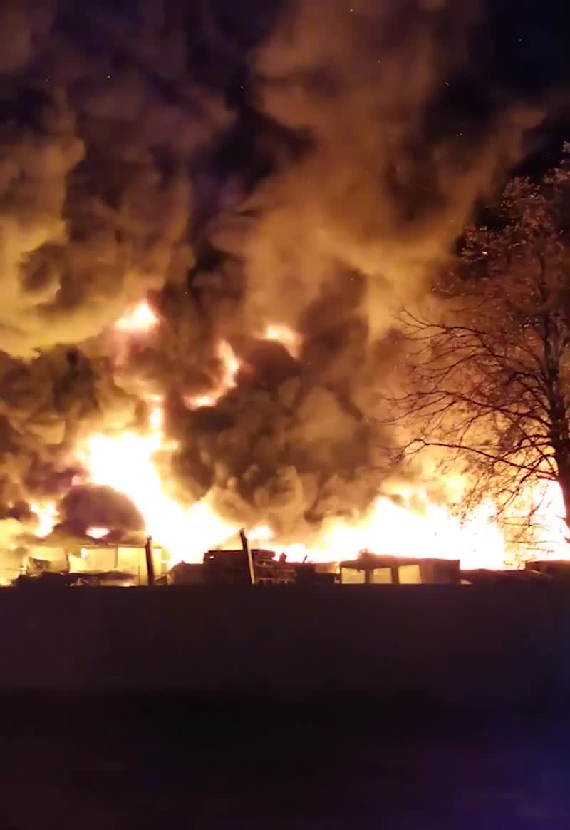Это не кадры из фильма про апокалипсис, а горение груды пластиковых отходов