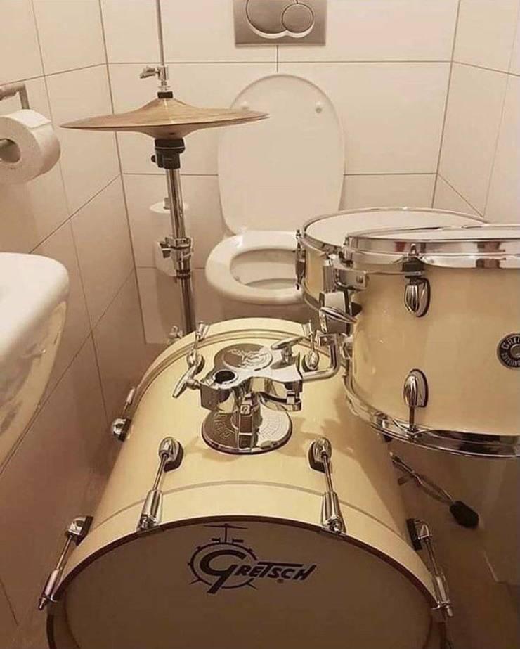 Ударная установка в туалете