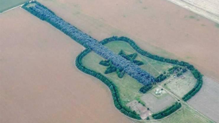 Огромная гитара