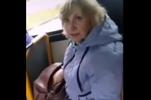 """В Альметьевске COVID-диссидентка в троллейбусе наотрез отказалась надевать медицинскую маску и надела """"клоунскую"""""""