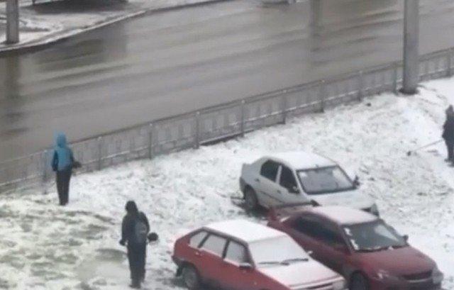 В Ленинск-Кузнецке выпал первый снег - а коммунальщики решили покосить траву
