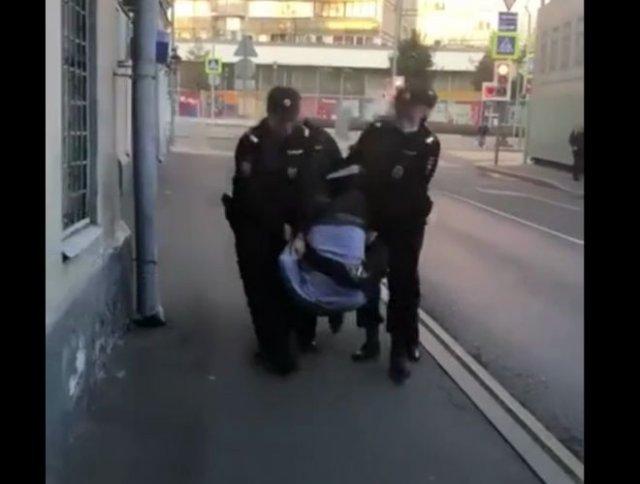 В стельку пьяный полицейский из Москвы пытался пройти в ночной клуб и устроил драку