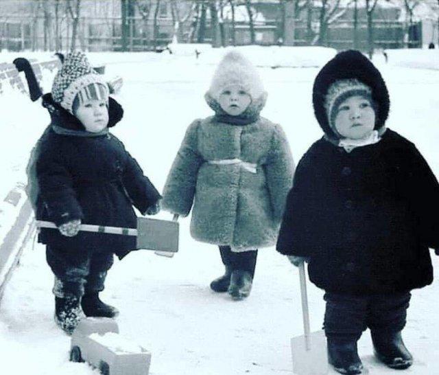 Упитанные карапузики в непродуваемых бронешубах. Натур продукт. СССР. 1972 г.