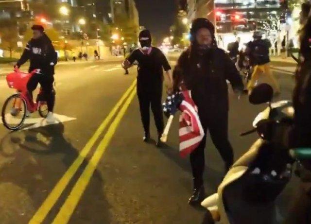 Активистку BLM, угрожавшую людям ножом, отправили в нокаут