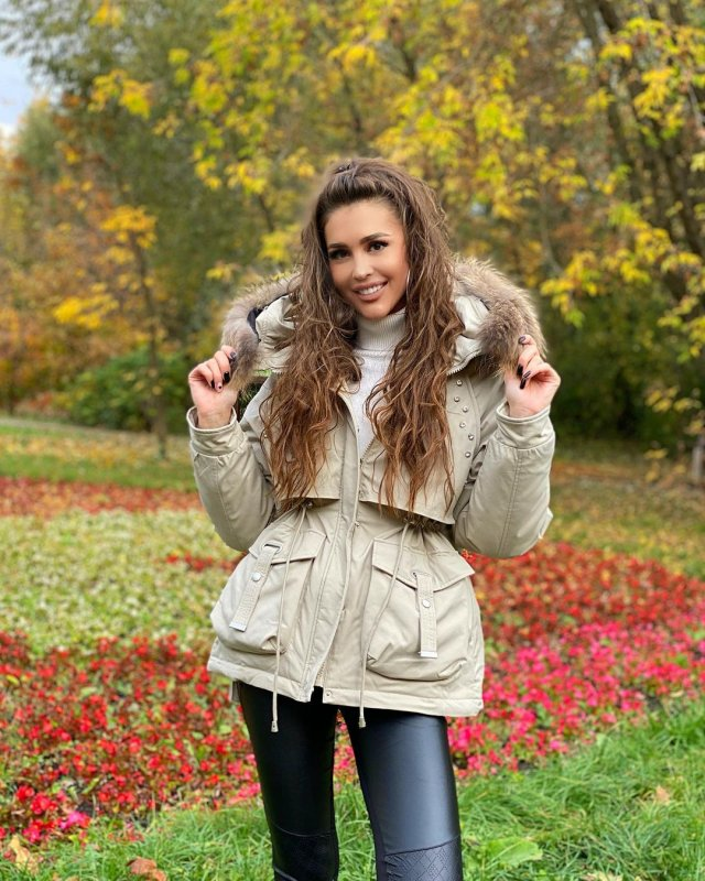 Анна Бузова в бежевой куртке