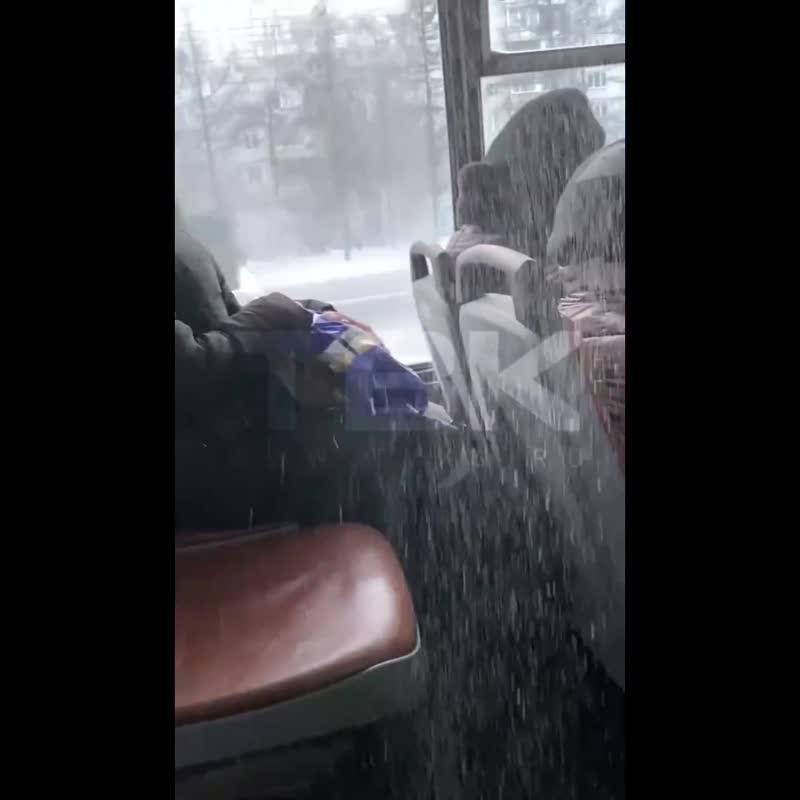 Снег в Красноярске есть даже в автобусе