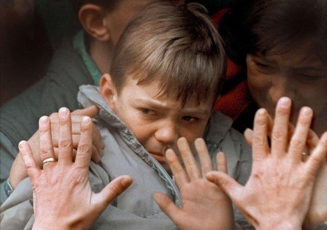 Прощание отца с сыном. Автобус увозит людей из Сараева, Боснийская война, 10 ноября 1992 года.