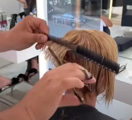 Чтобы сделать модную стрижку для тонких волос, женщина обратилась к стилисту