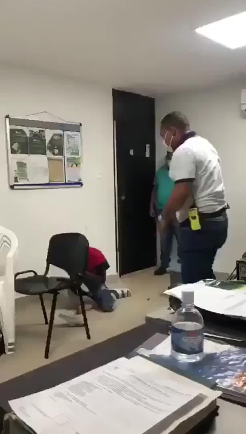 Доблестные сотрудники службы безопасности аэропорта