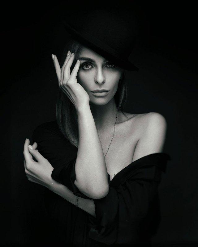 Екатерина Варнава в черном платье