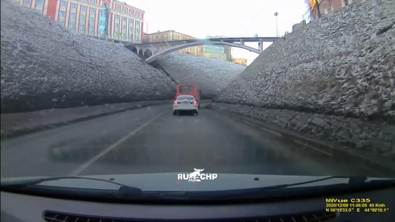 Опасный момент: в Нижнем Новгороде упавший ковш, чуть не привел к аварии