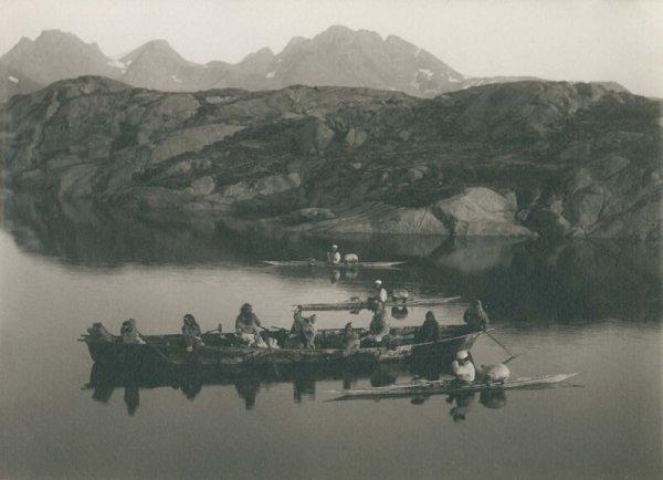 Лодка и каякеры у Аммассалика. 1889 г.
