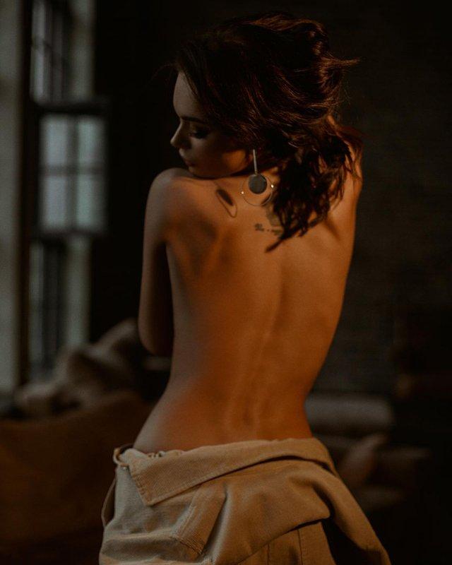 Яна Кошкина с обнаженной спиной