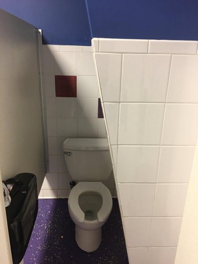 16 ванных комнат и уборных, которые уже на этапе проектирования выглядели странновато