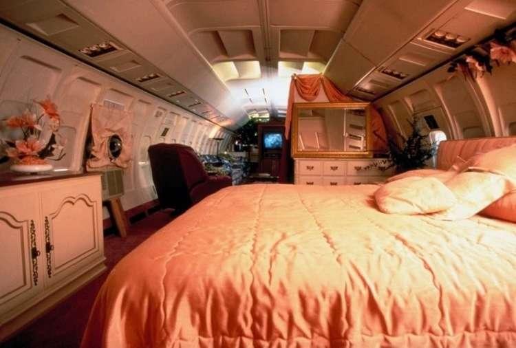 Американка осталась без дома и прославилась тем, что из самолета сделала дом