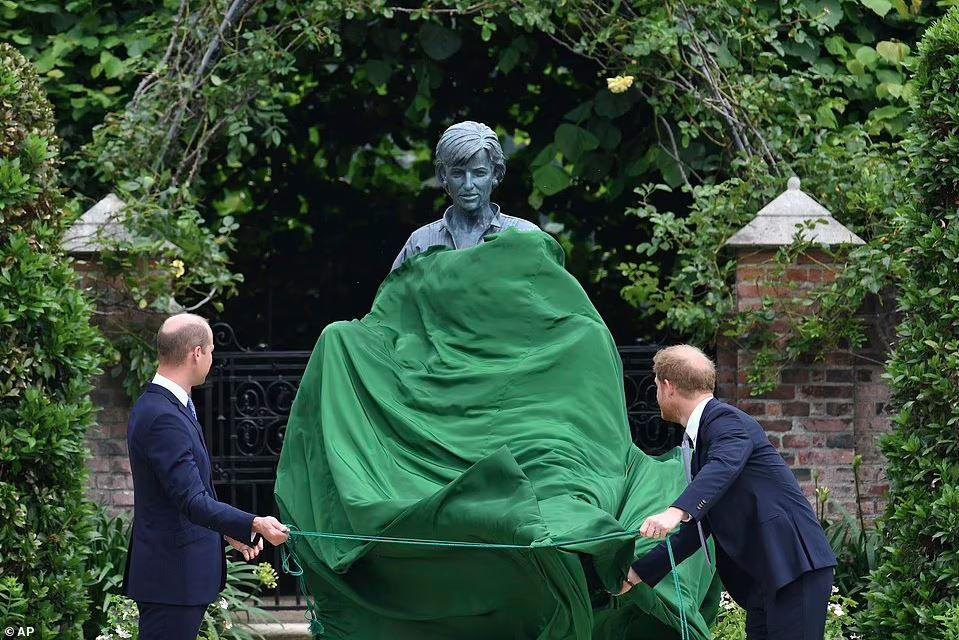 От вида нового памятника принцессе Диане, народ содрогнулся