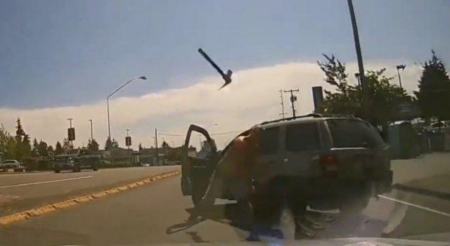 Неадекватный водитель кинул кирку в лобовое стекло другой машины