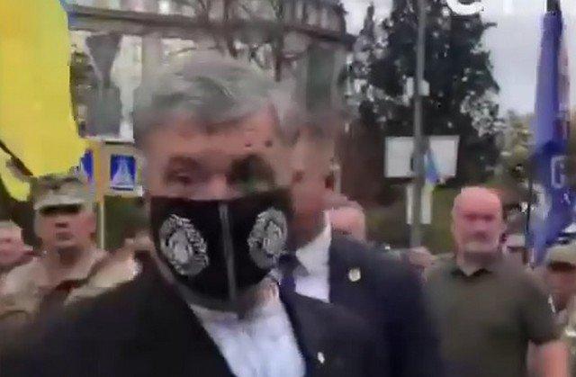 Петра Порошенко облили зелёнкой по дороге к кабмину в День независимости Украины - видео