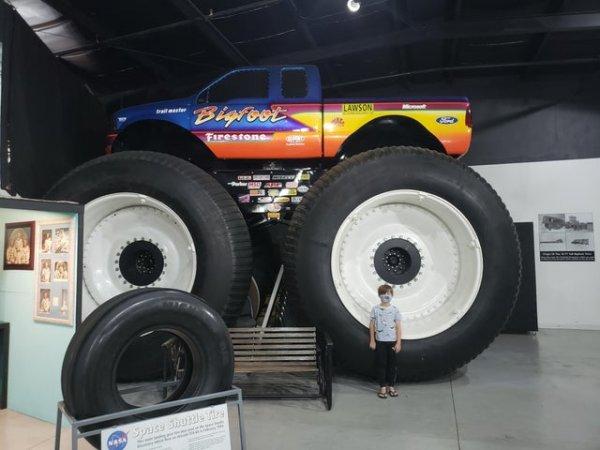 Мальчик на фоне грузовика Bigfoot 1999 года
