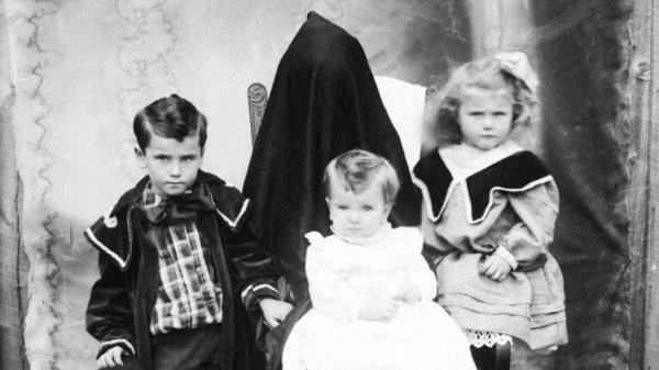 «Спрятанные матери» — слегка пугающий жанр семейной фотографии на рубеже 19 и 20 веков