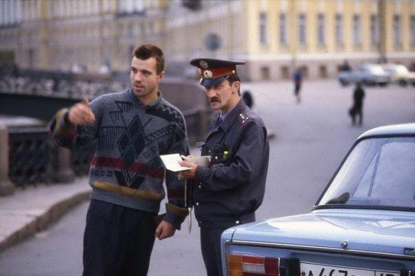 Сотрудник МВД проверяет документы