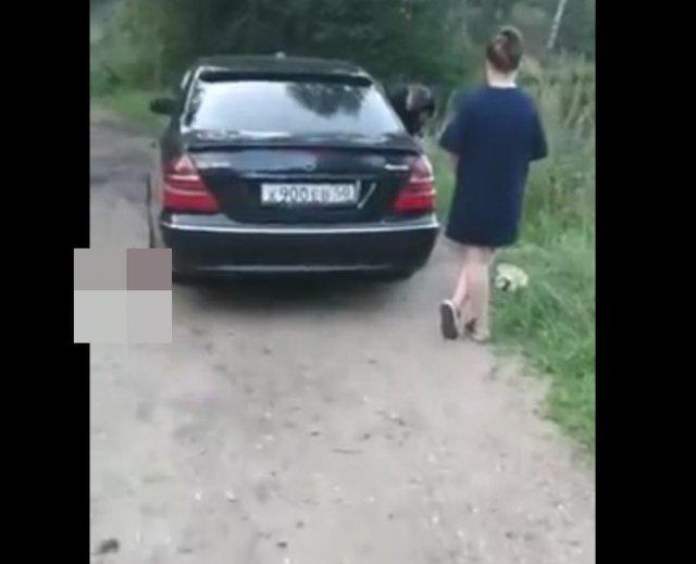 """Предложил 300 рублей на оплату автомойки владельцу """"Мерседеса"""", который мыл машину в реке"""
