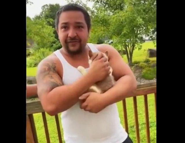 Реакция взрослого мужчины на щенка, которого ему подарили