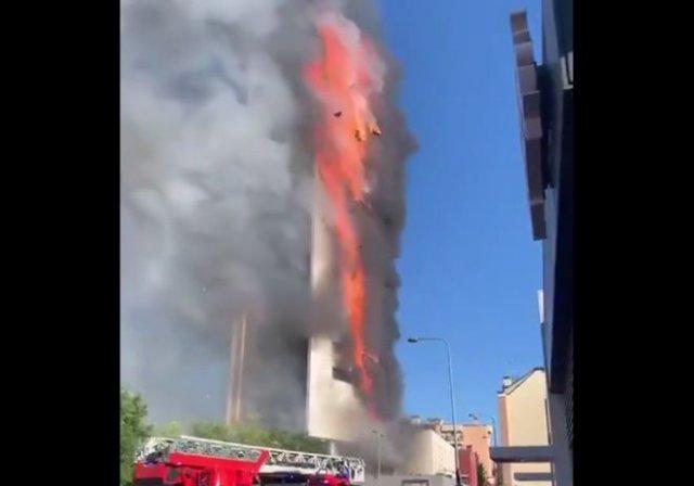 В Милане огонь полностью охватил 15-этажный дом (2 видео)