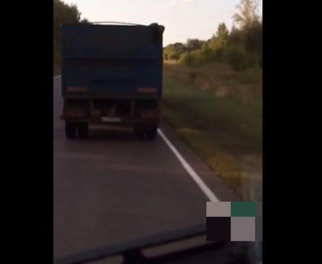 """Водитель не очень доволен тем, как едет """"КАМАЗ"""", но обогнать его не может"""