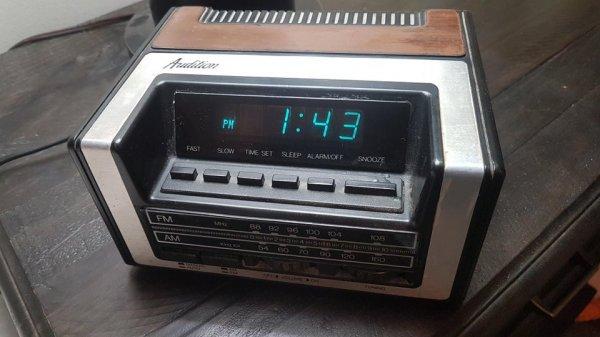 С гордостью купил эти радио-часы 50 лет назад, потому что они были самыми тяжёлыми
