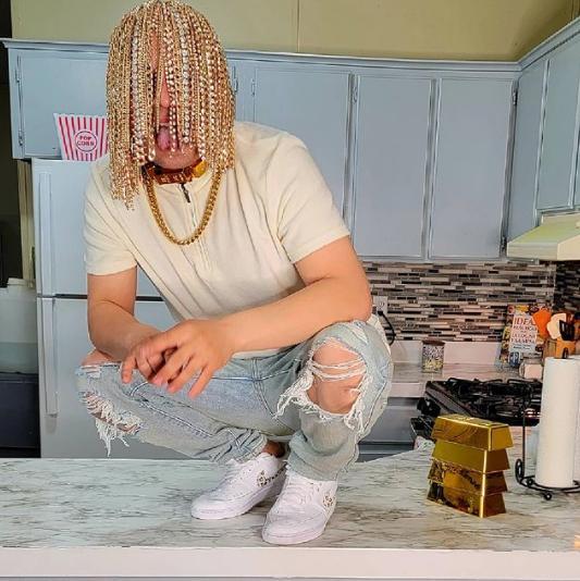 Когда другим выделится не получается: мексиканский рэпер вставил в череп золотые цепи вместо волос